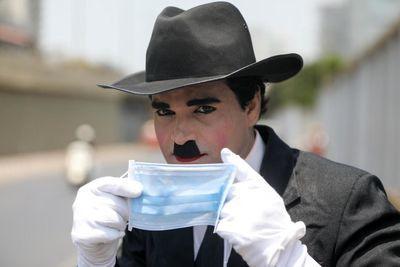 چارلی چاپلین هم در هند کرونازده ماسک میزند