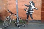 اثر بنکسی «دختری که با چرخ دوچرخه هولاهوپ بازی میکند» با قیمتی ۶ رقمی فروخته شد