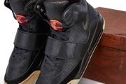 یک جفت کفش ورزشی مربوط به کانیه وست، در حراج ساتبی به قیمت یک میلیون دلار به فروش گذاشته شده است.