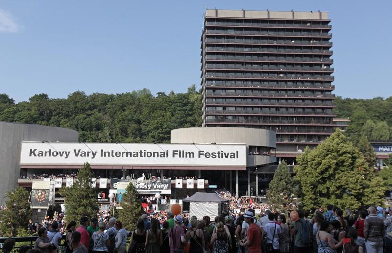 تداخل زمانی دو جشنواره مهم سینمایی کن و کارلووی واری