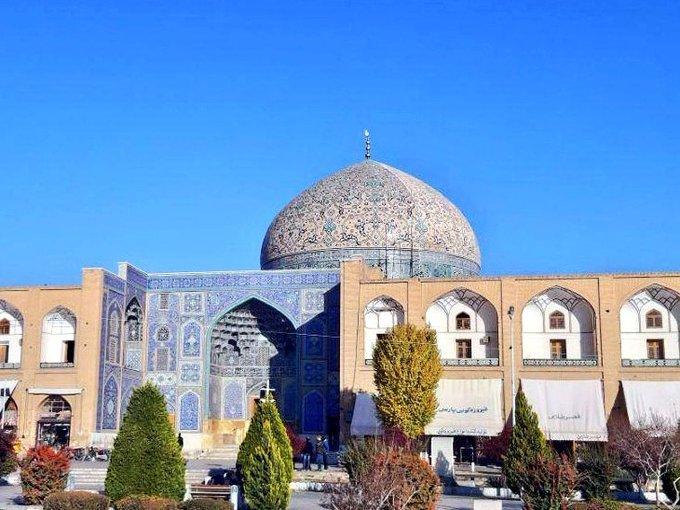 چرا گنبدمسجد شیخ لطفالله دو رنگ شده است؟
