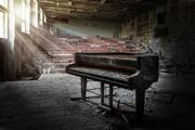 عکاس عکس های وهم انگیزی را از داخل آموزشگاه موسیقی متروکه چرنوبیل ثبت می کند